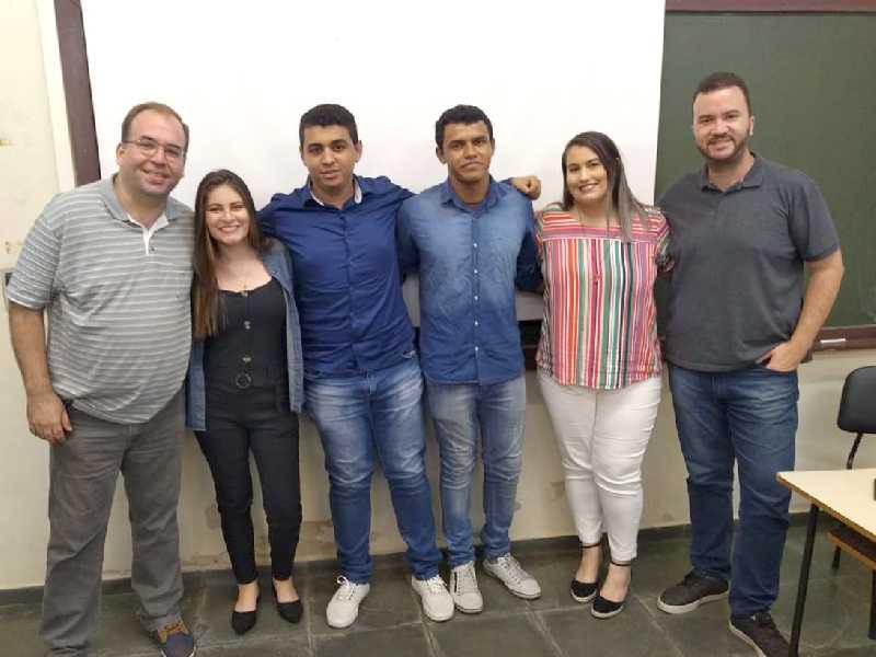 Estudantes da Limus Comunicação com os professores orientadores após apresentação do trabalho