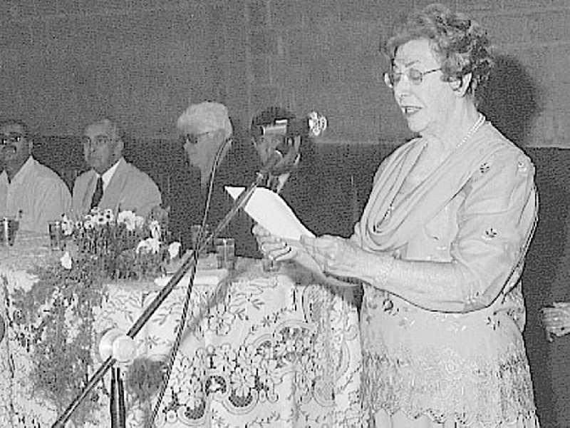 Professora Anete Abrão agradecendo a homenagem