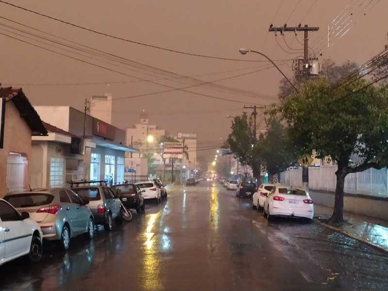 Cidade ficou às escuras no início da tarde de quinta-feira, até que choveu