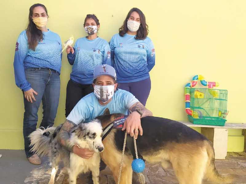 A equipe multidisciplinar é composta com auxílio de psicóloga, especialista em Artes Visuais, veterinária e psiquiatra