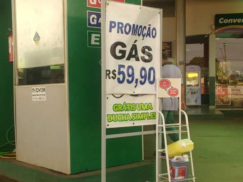 Posto Iguatemi no bairro Sta. Tereza, o gás de cozinha GLP de 13  quilos custa R$ 59.90 no local da compra. A Petrobrás anunciou  nesta quarta-feira 28 redução de 5% no gás de cozinha