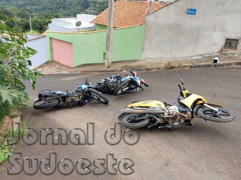 Os três veículos acidentados ficaram no chão, mas a moto do condutor inabilitado foi rebocada por estar com documentos atrasados