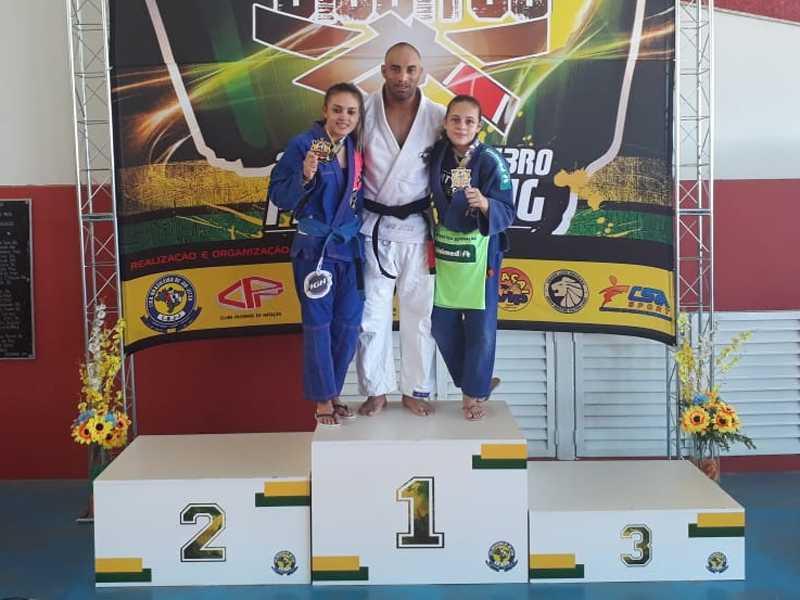 À esquerda, a lutadora de MMA e professora  de Muaithay, Ana Carolina, a Aninha; o professor de Judô e Jiu-Jítsu,  Rodrigo Teixeira; e à direita a atleta Bianca Siqueira