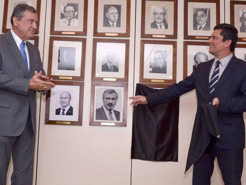 O ministro Sérgio Moro prestou uma homenagem ao ministro Torquato Jardim, fazendo o descerramento de sua foto junto a sala de retratos do Ministério da Justiça