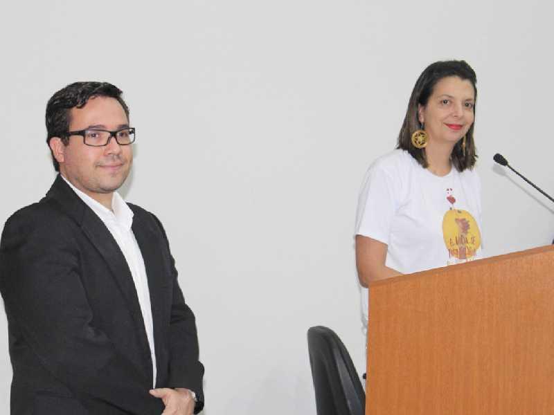 A coordenadora do banco de sangue, Denise de Pádua Fonseca e o responsável técnico da agência transfusional da Santa Casa, o médico Lucas Machado Paraizo