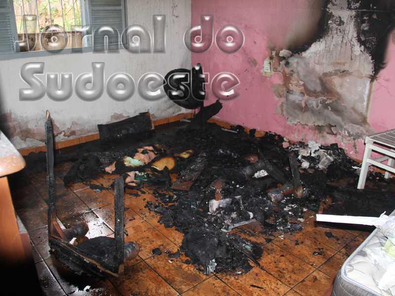 A suspeita é de que uma vela teria ocasionado o incêndio