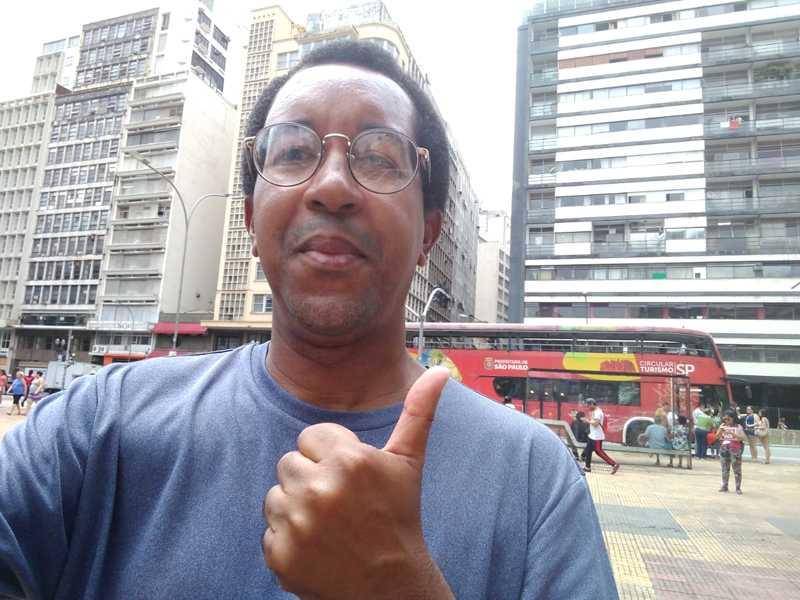 Apaixonado por São Paulo, Adriano Rosa Silva foi dar um abraço na metrópole que completou 465 anos na sexta-feira, dia 25 e, no dia 31, é ele quem recebe os cumprimentos pelo seu aniversário.