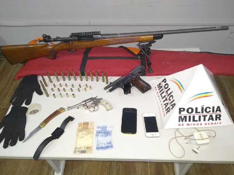 foi localizado no banco traseiro um rifle de precisão calibre 30, com catorze munições, dinheiro, canivete, dois celulares e um relógio