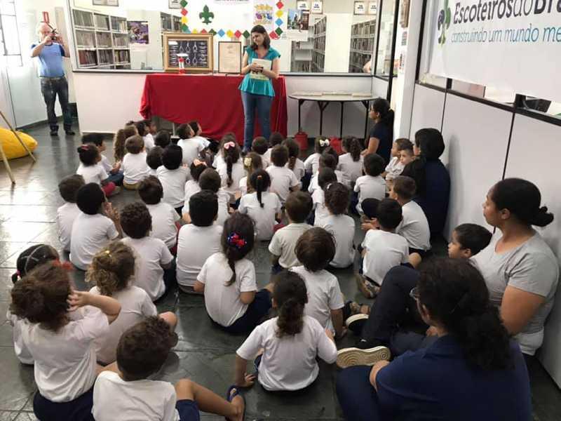 Bibliotecária realiza contação de histórias para alunos da creche Vinício Scarano