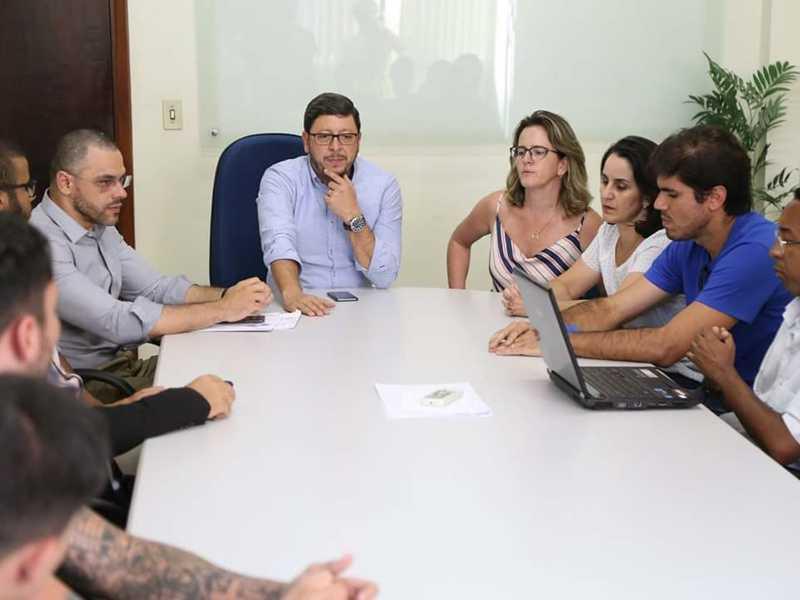 Prefeito repassa à estudantes resultado de reunião com Ministério Público