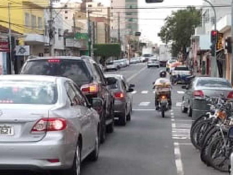 Motoqueiro fazendo ultrapassagem proibida pela direita