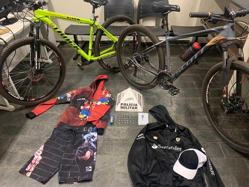 Bicicleta verde furtada em frente a pizzaria foi recuperada e apreendida junto a outros objetos