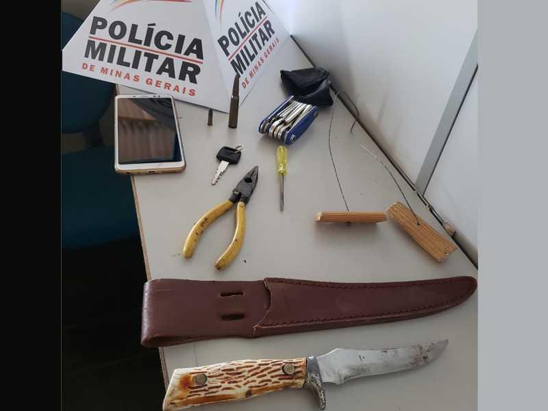 Um garrote (fio de arame com pedaços de madeiras nas pontas, que é usado como enforcador), um molho de chaves, alicate e chave de fenda