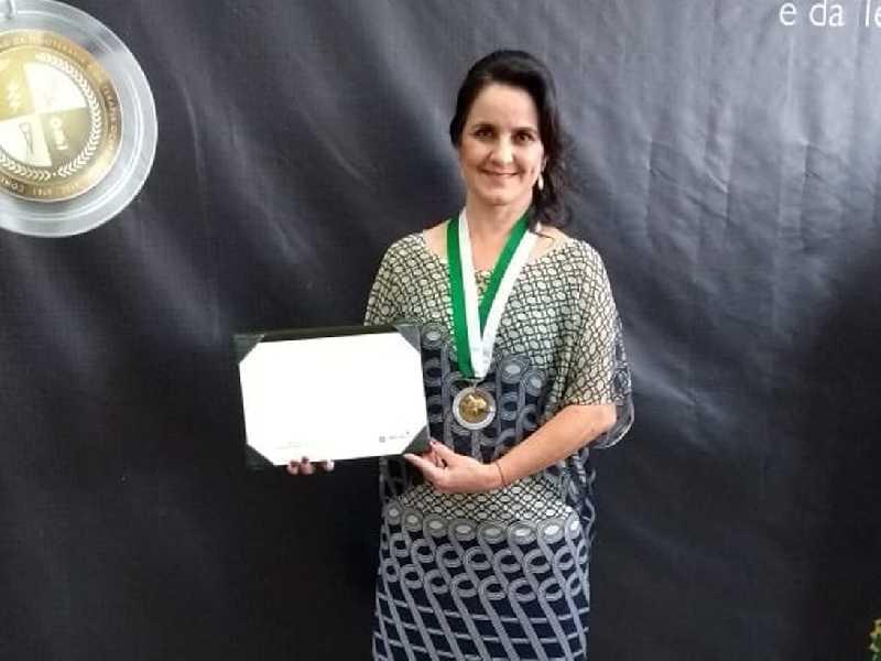 Vereadora Cidinha Cerize que chefia setor de Fisioterapia  na Santa Casa de Misericórdia de Paraíso foi homenageada