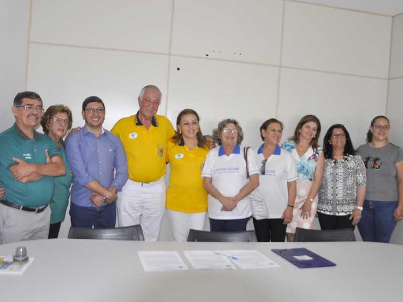 Assinatura de convênio de parceria entre Lions e Prefeitura é parte da campanha de coleta de óleo usado
