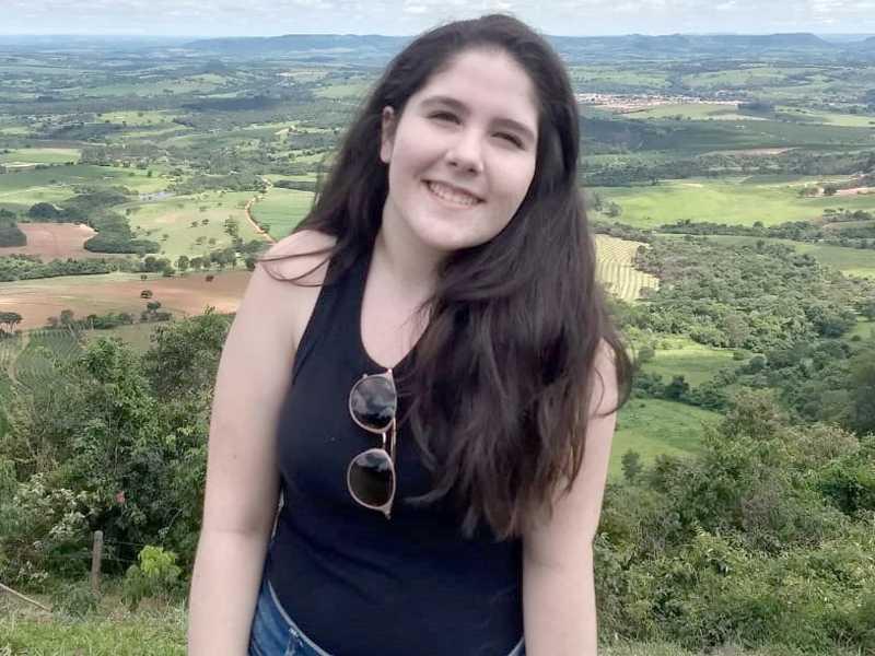 Especiais parabéns para Larissa que muda de idade dia 24. Filha muito querida de Vasco Caetano e Renata, irmã de Camila. Larissa completa 16 anos.