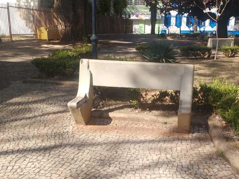 Na Praça Com. João Alves, Fonte Luminosa, seis  bancos de concreto estão com os acentos quebrado