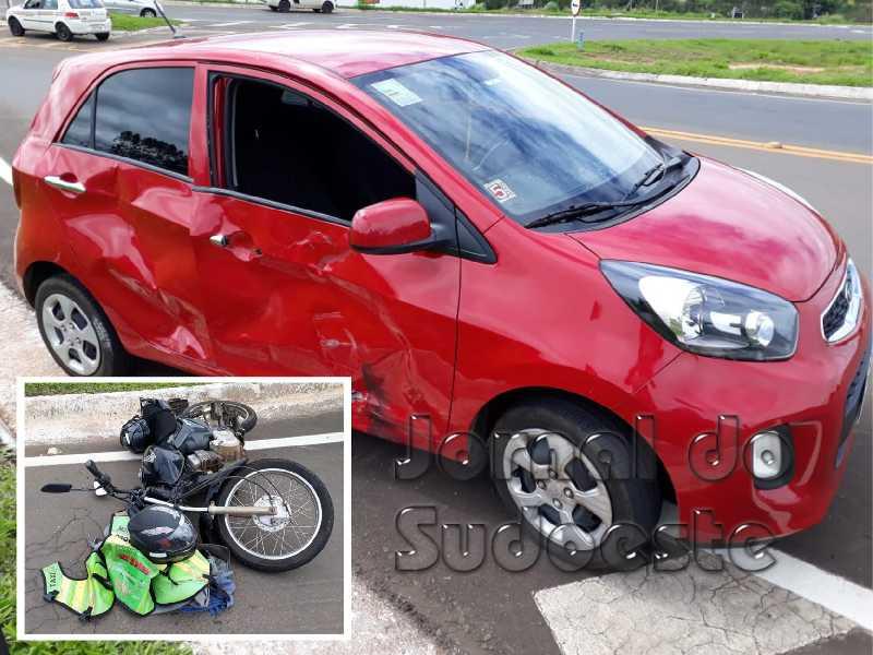 Motocicleta colidiu contra a lateral de um veículo KIA vermelho no Trevo da BR-49