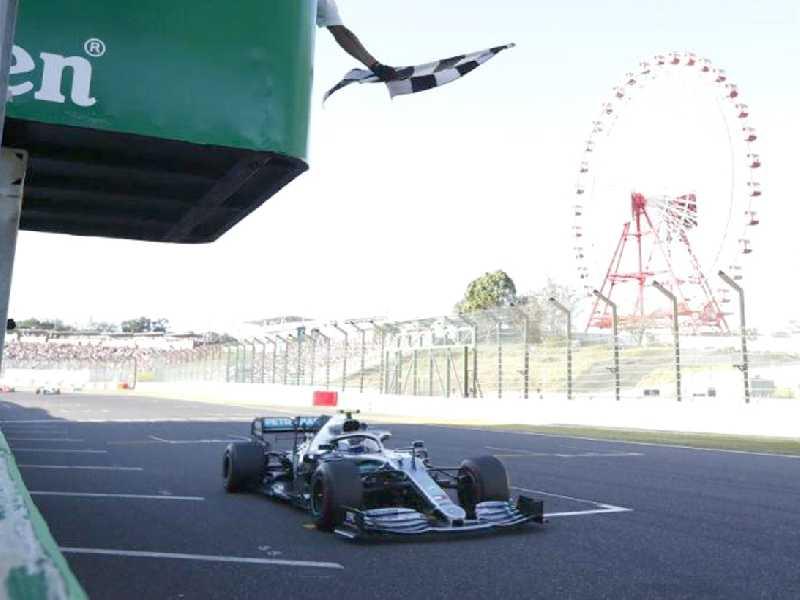 A tradicional bandeira quadriculada  é apenas simbólica na Fórmula 1.  O que vale é a sinalização eletrônica que 'deu pau' em Suzuka
