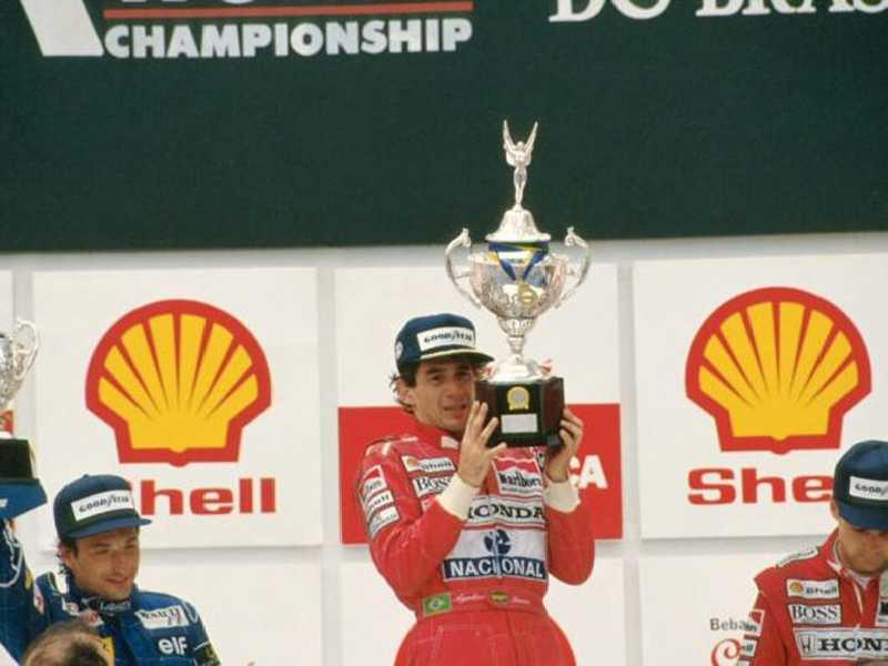 A cena que entrou para a história, o esforço de Senna ao erguer o troféu depois de uma das vitórias mais emblemáticas de sua carreira