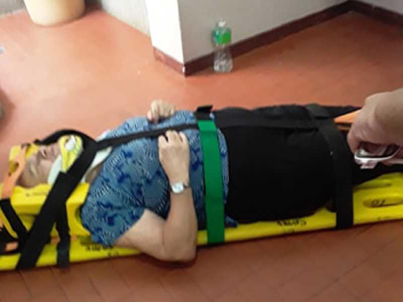 Senhora de 71 anos sendo mobilizada e colocada em uma maca  pelos militares do Corpo de Bombeiros, após sofrer uma queda  nas escadarias no Sanitário Público Municipal (Pinicão)