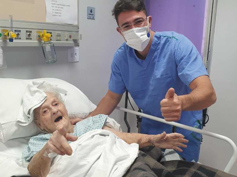 O médico Fernando Montaldi e sua paciente dona Luiza, de 103, recuperada do coronavírus