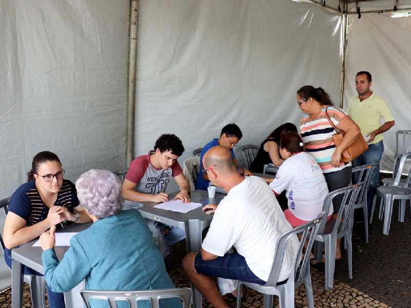 Moradores comparecem ao Gabinete Itinerante na Praça Abadia para apresentarem reivindicações