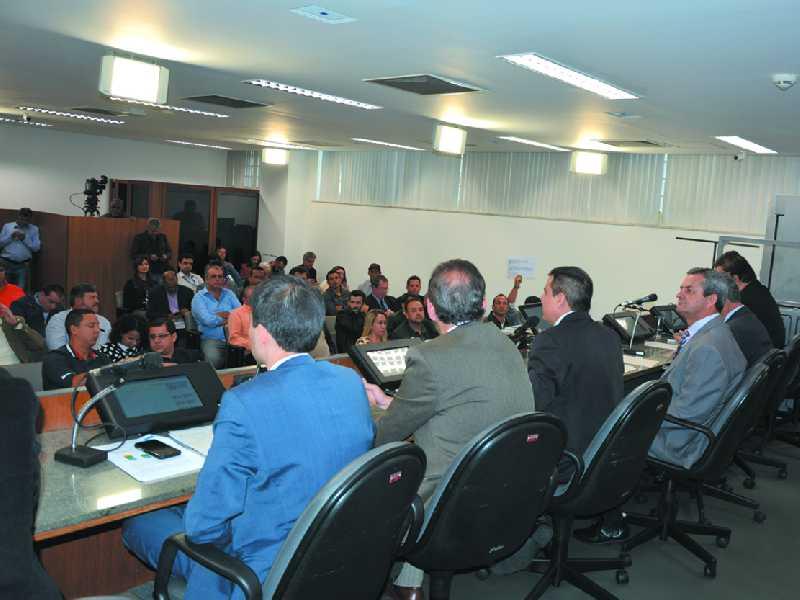 Mais de 100 lideranças participaram da reunião, denunciaram os problemas que estão tendo com a empresa, criticaram o governo do Estado
