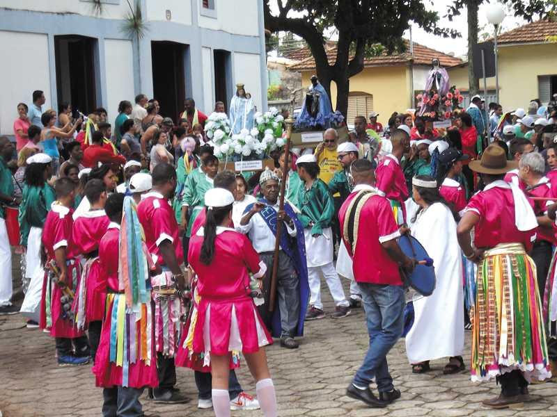 Congadeiros e moçambiqueiros se reúnem na Capela do Rosário para a procissão das imagens
