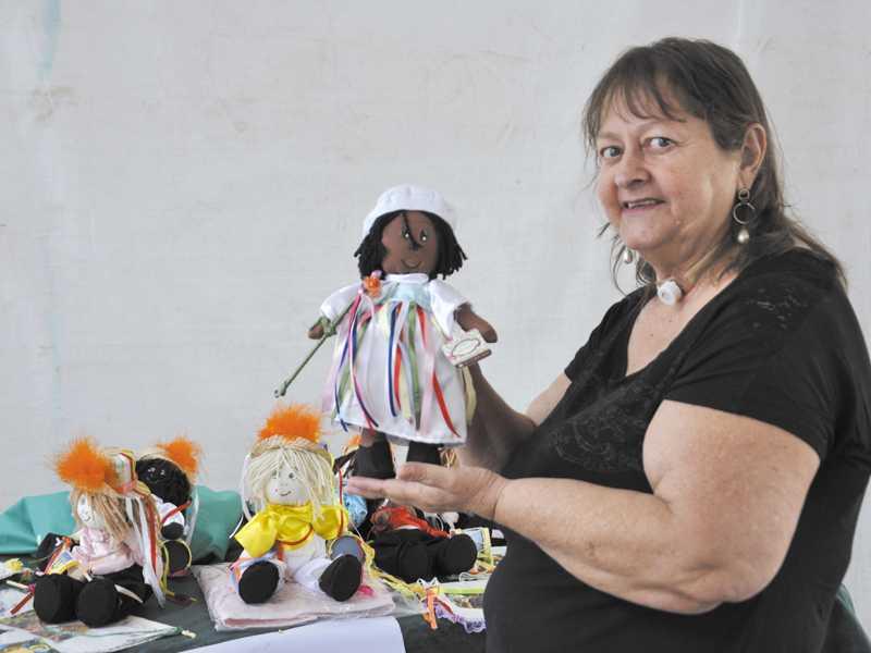 Artesã Paula Rocha disse que conseguiu conciliar a produção incrementando adereços dos dançadores da congada