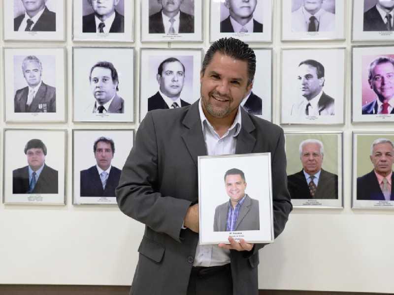 Após ter ocupado a cadeira de presidente da Câmara, Marcelo Morais tem foto incluída na galeria de