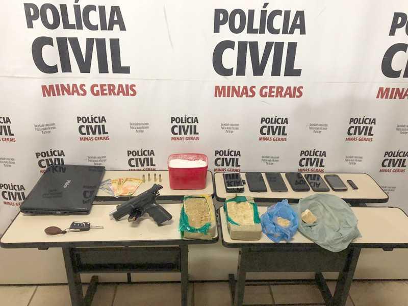 Vários objetos foram apreendidos na residência do suspeito, além de drogas e uma pistola de fabricação israelense