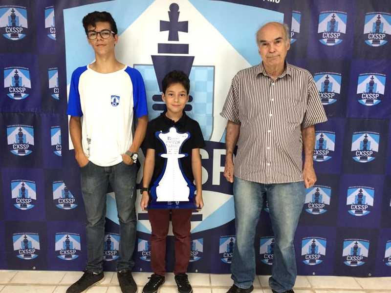 Andrew Santos Duarte levantou o troféu  de campeão do Grupo A (Adulto) no  último Torneio Blitz do Clube de Xadrez  de São Sebastião do Paraíso