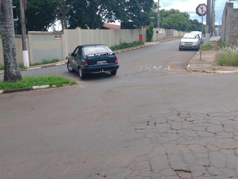 A Secretaria Municipal de trânsito deve verificar outro  local adequado para a colocação da placa de Contra Mão
