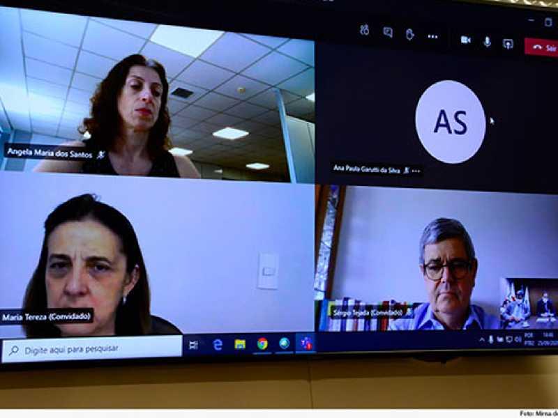 A conselheira do CNJ Maria Tereza Uille (embaixo, à esquerda) destacou o pioneirismo em  tecnologia do TJMG, o que o capacita a assumir o projeto piloto