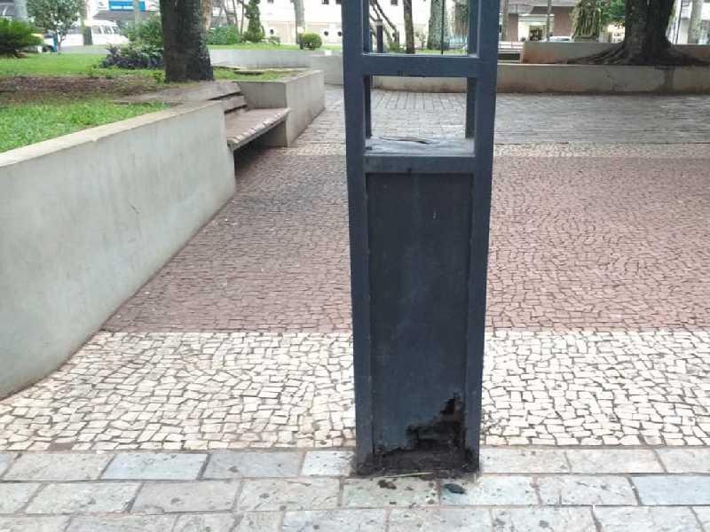 Postes de ferro com luminárias no calçadão da Praça Com. Jose Honório, centro de Paraíso, estão com as bases corruídas, podendo cair a qualquer momento