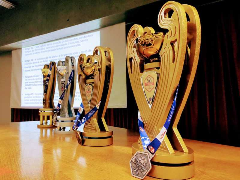 Troféus da Copa Paraíso Tonin de Futsal são apresentados às equipes participantes do campeonato