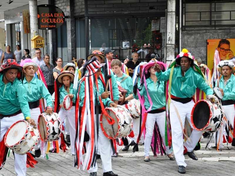 Desfiles pelas ruas da cidade marcaram as apresentações  dos ternos de congo