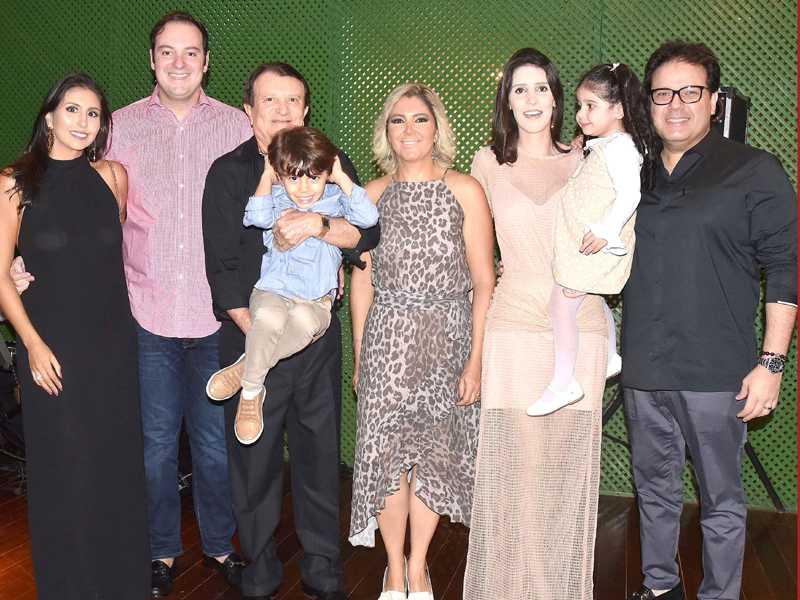 Ana Cristina, o advogado Estenio Campelo reuniu familiares e amigos em elegante jantar, para comemorar o seu aniversário. Na noite festiva, o aniversariante cercado de Ana Cristina, filhos, neto, nora e genro