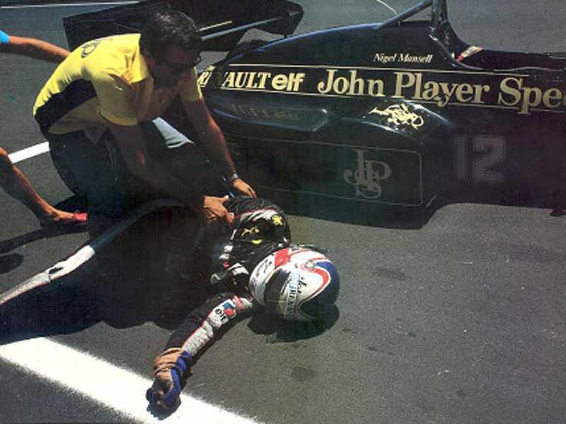 Nigel Mansell não resistiu ao calor e desmaiou  enquanto empurrava a Lotus até a bandeirada