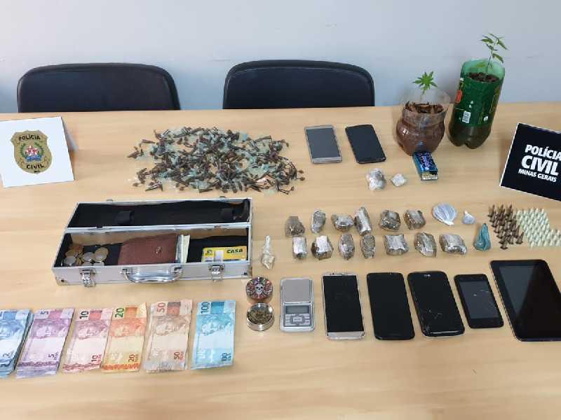 Foram apreendidos diversos materiais entre celulares, drogas, dinheiros, notebooks e dois veículos