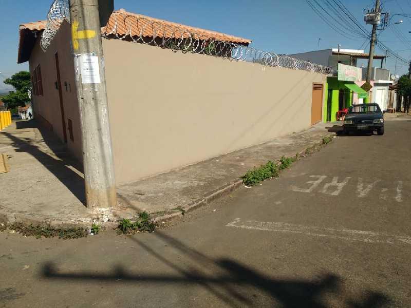 Neste local onde é o início da Rua Francisco Quintino na Vila São Pedro, local ideal para instalar uma placa indicativa, rua sem saída
