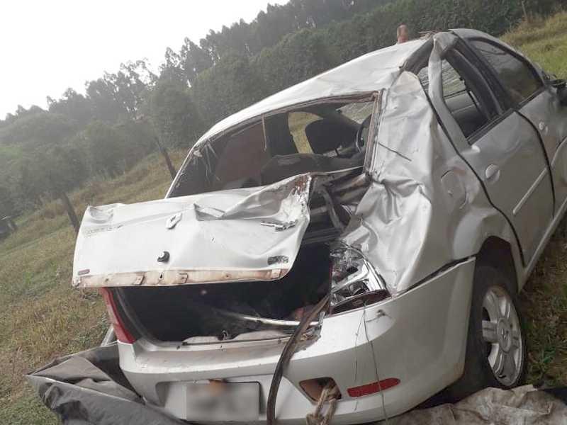 Um veículo que vinha atrás também fez a manobra e os fechou, batendo na lateral
