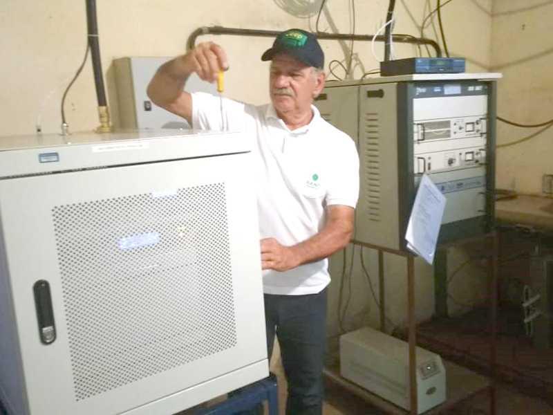 O Responsável Técnico José Américo Mafra efetuando configuração no Aparelho Repetidor da TV Canção Nova Canal 47.1 Digital HD