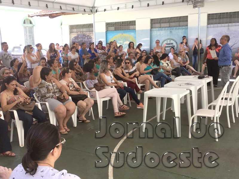 Assembleia reunião cerca de 150 servidores da educação municipal e professores se mantiveram firmes em deflagrar greve