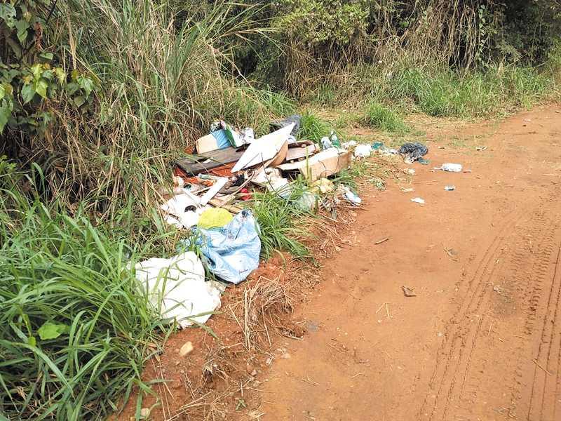 Ainda não foi solucionado o depósito irregular de lixo próximo a Ponte do Córrego dos Pilões, um dos mananciais que abastecem Paraíso