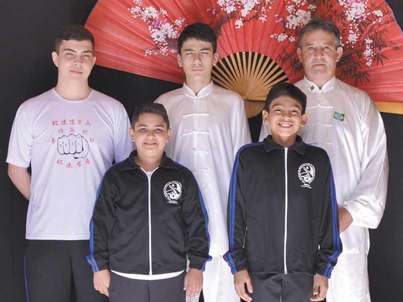 Ao fundo o mestre Márcio Zaqueu e os alunos André e Yago Clarismunde, respectivamente a sua esquerda; e os pequenos Yago Lovo e Vitor Hugo