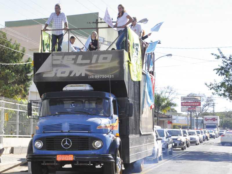 Servidores usaram carro de som e fizeram carreata pela cidade falando sobre impactos da Reforma
