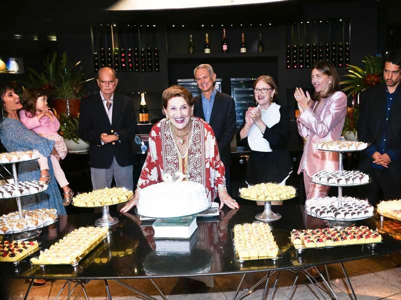 A alegria da aniversariante cercada da neta Maíra Gadelha, da bisneta Maria Mariana, dos filhos José Ronaldo, Paulo Octávio e Cláudia Pereira, da nora Anna Christina e do neto Paulinho