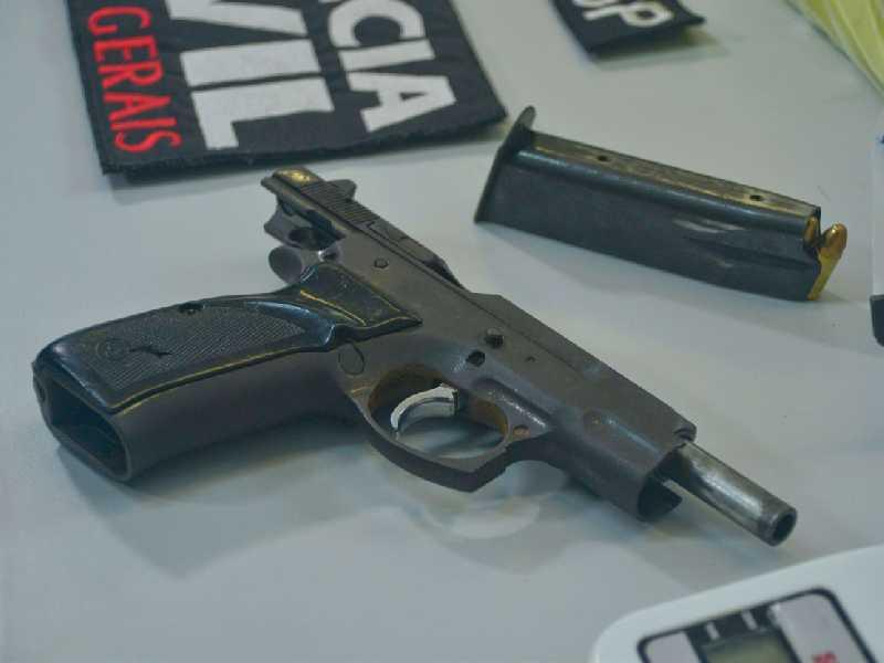 Arma foi localizada no cativeiro e apreendida junto com outros objetos